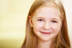 Smilig kleines Mädchen stockfotos