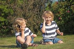 2 smiliing мальчика вызывают outdoors Стоковые Изображения RF