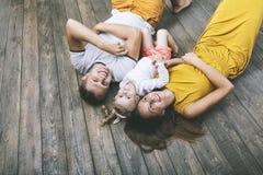 Smilin novo bonito feliz do pai, da mãe e da filha da família Fotografia de Stock Royalty Free