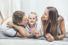 Smilin novo bonito feliz do pai, da mãe e da filha da família Imagem de Stock