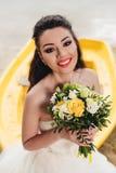 Smilind de la novia y el sentarse en el barco Imágenes de archivo libres de regalías
