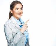 Smilinf指向在空间的女商人 空白 免版税图库摄影