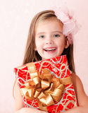 Smiling adorable little girl with christmas gift box Royalty Free Stock Photos