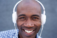 Smiling african american man listening to music with headphones Royalty Free Stock Photos