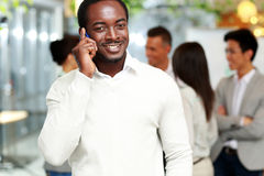 Smiling african businessman talking on the smartphone Royalty Free Stock Photography