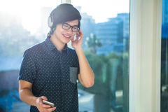 Smiling asian businessman listening to music Royalty Free Stock Photos