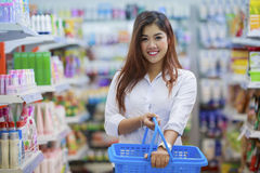 Smiling asian girl in supermarket Royalty Free Stock Photos