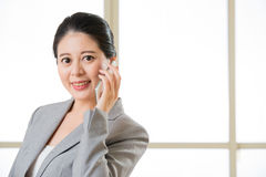Smiling Business asain Woman Talking on a Mobile phone Royalty Free Stock Photography