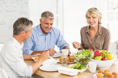 Smiling business colleagues having lunch together Royalty Free Stock Photos