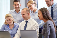 Smiling business people with laptop computer Royalty Free Stock Photos