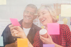 Smiling business team looking at a post it Royalty Free Stock Photos