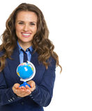 Smiling business woman holding earth globe Royalty Free Stock Photos