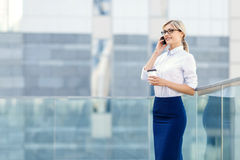 Smiling business woman holding phone Royalty Free Stock Photography