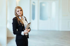 Smiling business woman holding a tablet computer at the office Royalty Free Stock Images