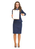 Smiling business woman pointing on blank clipboard Royalty Free Stock Photos
