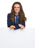 Smiling business woman showing blank billboard Royalty Free Stock Images