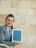 Smiling business woman showing tablet PC Royalty Free Stock Images