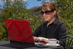 Smiling business woman working on laptop. Royalty Free Stock Photos