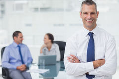 Smiling businessman posing crossing arms Royalty Free Stock Photography