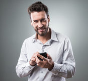 Smiling businessman with smartphone Royalty Free Stock Photography