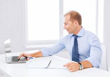 Smiling businessman working in office Royalty Free Stock Photos