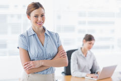 Smiling businesswoman with arms crossed Royalty Free Stock Photos