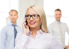 Smiling businesswoman calling on smartphone Royalty Free Stock Photos