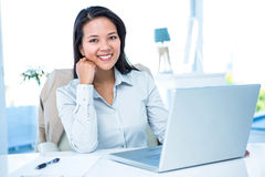 Smiling businesswoman at the desk Royalty Free Stock Photos
