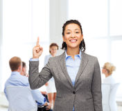Smiling businesswoman with her finger up at office Royalty Free Stock Images