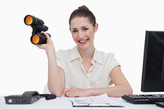 Smiling businesswoman holding binoculars Royalty Free Stock Photography