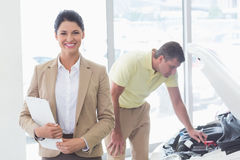 Smiling businesswoman holding a clipboard Royalty Free Stock Images
