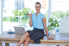 Smiling businesswoman holding disposable cup Royalty Free Stock Photography