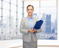 Smiling businesswoman holding folder Royalty Free Stock Photography