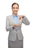 Smiling businesswoman holding something imaginary Royalty Free Stock Photography
