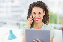 Smiling businesswoman holding a tablet Royalty Free Stock Images