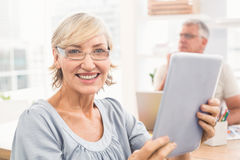 Smiling businesswoman holding a tablet Royalty Free Stock Photos