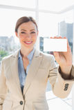 Smiling businesswoman holding up blank business card Royalty Free Stock Photography
