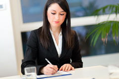 Smiling businesswoman in the office Royalty Free Stock Photos