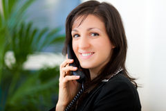 Smiling businesswoman at the phone Royalty Free Stock Photography