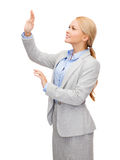 Smiling businesswoman pointing to something Royalty Free Stock Photos