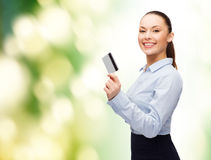 Smiling businesswoman showing credit card Royalty Free Stock Photography