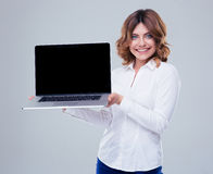 Smiling businesswoman showing laptop screen Royalty Free Stock Photos