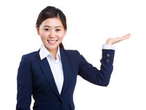 Smiling businesswoman showing something Royalty Free Stock Photos
