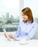 Smiling businesswoman with tablet pc and coffee Royalty Free Stock Photos