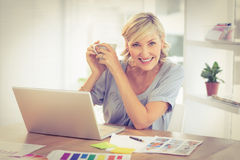 Smiling businesswoman working on a laptop Royalty Free Stock Photography