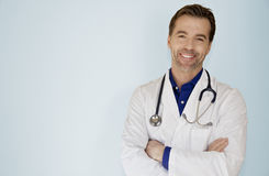 一位英俊的医生Smiling At The Camera的画象 图库摄影