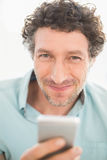 Smiling casual businessman sending a text Royalty Free Stock Photos