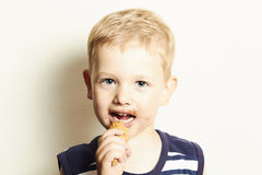 Smiling child. cute kid boy eating ice cream Royalty Free Stock Photos