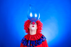 Smiling clown in studio with balloon Royalty Free Stock Photos