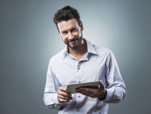 Smiling confident man with tablet Royalty Free Stock Photos